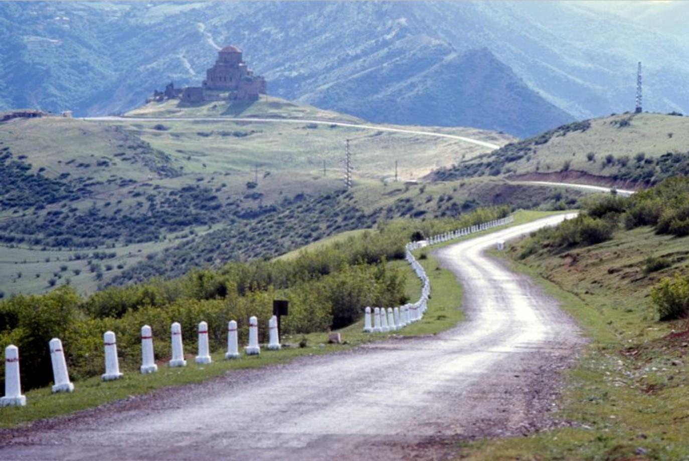 Шоссе недалеко от Мцхеты в горном районе восточной Грузии