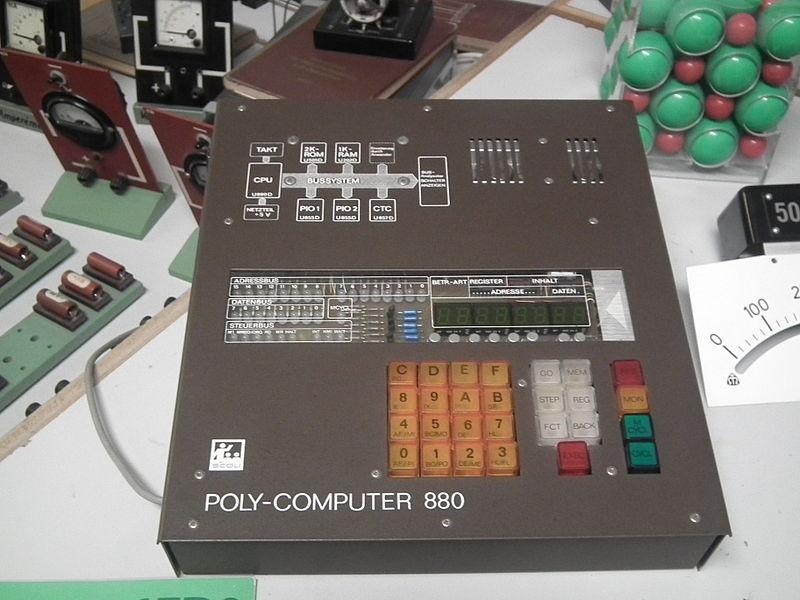 800px-Datei_DDR_Museum_Zeitreise_Radebeul_POLY_COMPUTER_880_front.jpg