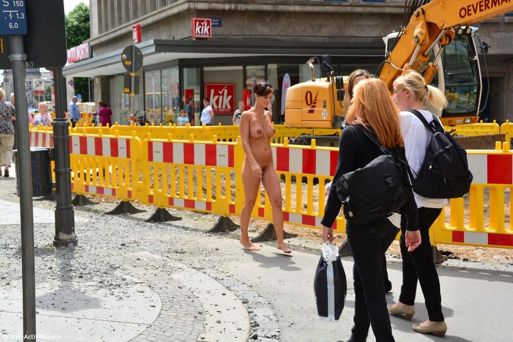 Габриэлла разделась и прогулялась по Лейпцигу