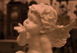 Ангелочек посылает поцелуй. Всемирный день поцелуев