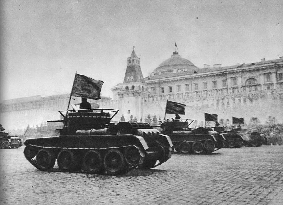 Парад 1941 г. Идут танки