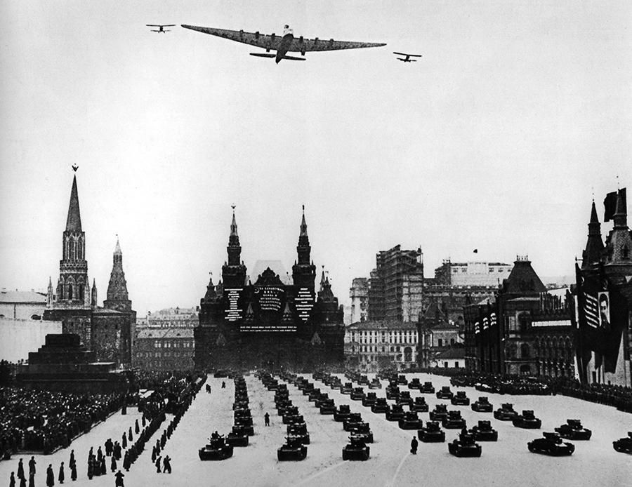 Парад на красной площади 1941 г. Самолеты туполева в небе