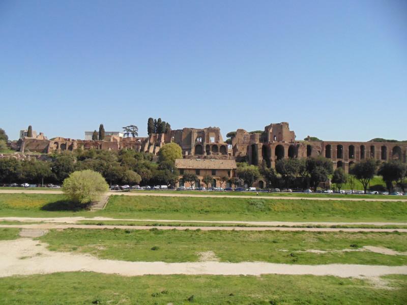 Древнеримский цирк(внизу протоптаны дорожки) на котором проводились скачки, дальше полуразрушенные д