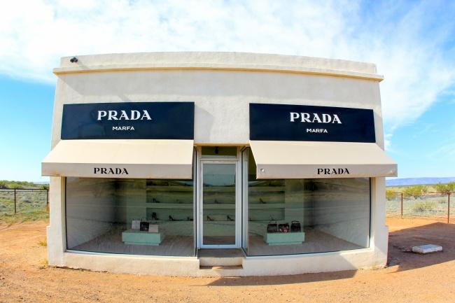 © David Fulmer  Посреди пустыни вТехасе стоит магазин Prada. Его полки заполнены дорогими сум