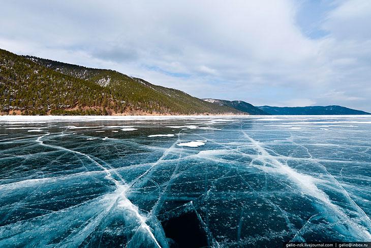 По площади водного зеркала Байкал занимает шестое место среди крупнейших озёр мира. Площадь зам