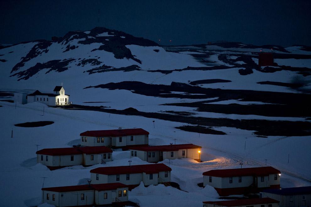 13. Ученые в окне, Антарктида, 24 января 2015. (Фото Natacha Pisarenko | AP):