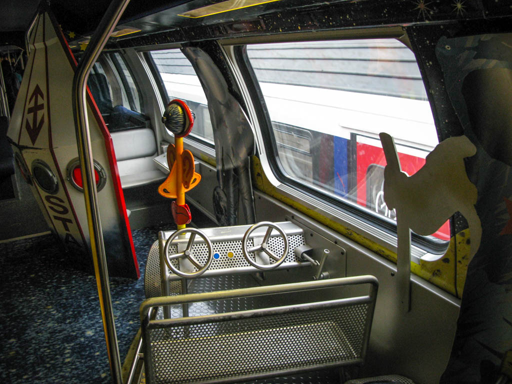 Для пассажиров помоложе в поездах есть специальные игровые зоны. Родители могут отвести туда своих д