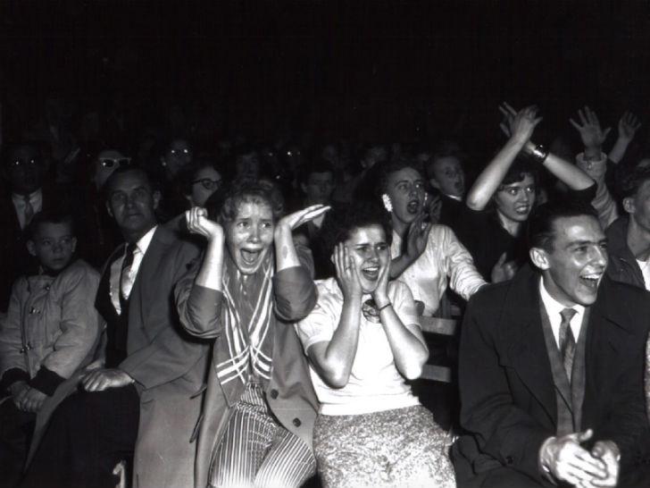 А вот так выглядели поклонницы Элвиса Пресли на его концертах.