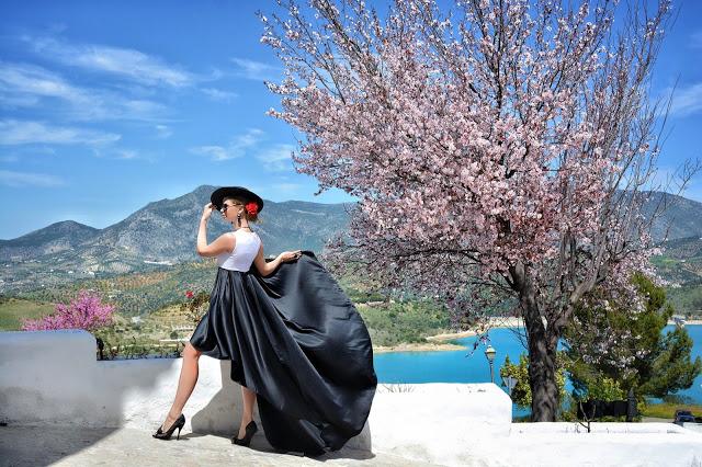 Охотина стала фотографироваться в платьях в каждой поездке, а перед путешествием в Андалусию продума