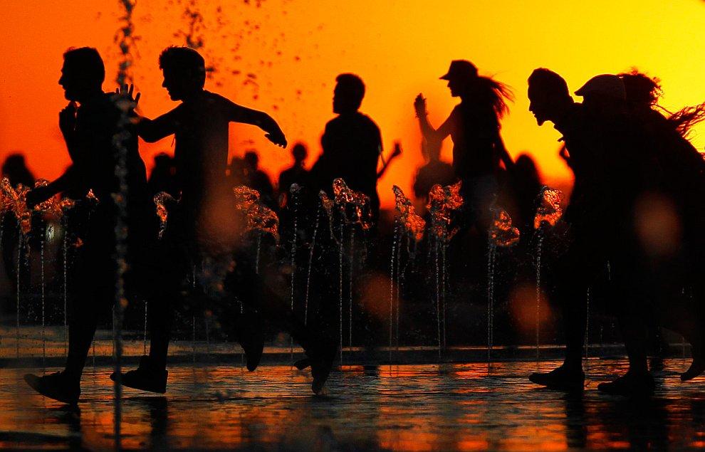 Во время Евро-2012 . Фото на память на фоне монумента-скульптуры «Родина-мать» в Киеве, Украи