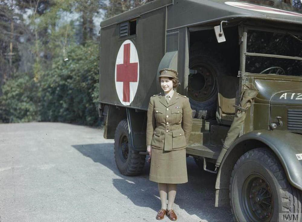 3. Во время Второй мировой войны она служила в армии.   Королева — единственный живой глава гос