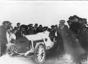 Победители пробега в машине системы Оппель, окруженные зрителями и сотрудниками журнала Автомобиль