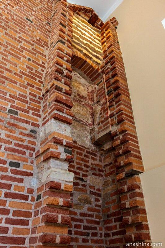 Фрагмент старой кирпичной кладки, Владычная палата, Великий Новгород