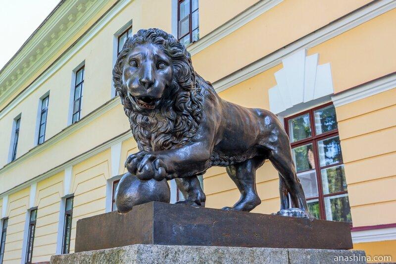 Лев у здания Присутственных мест, Великий Новгород