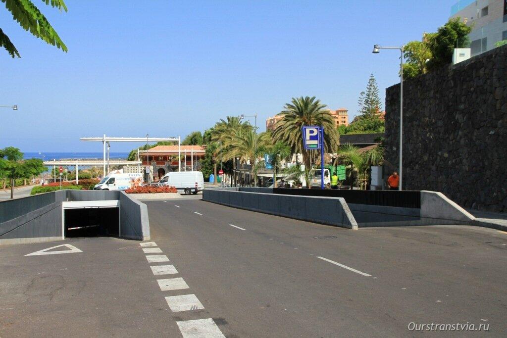 Парковка возле Плайя дель Дюк в Коста Адехе, Тенерифе