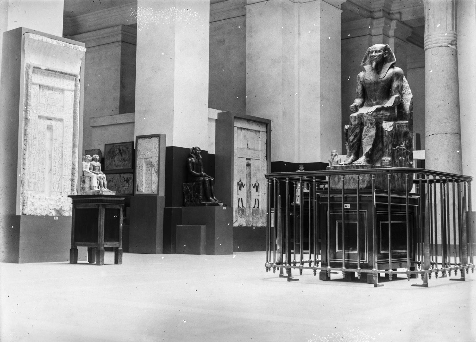Каир. Статуи фараонов древнего царства в Египетском музее