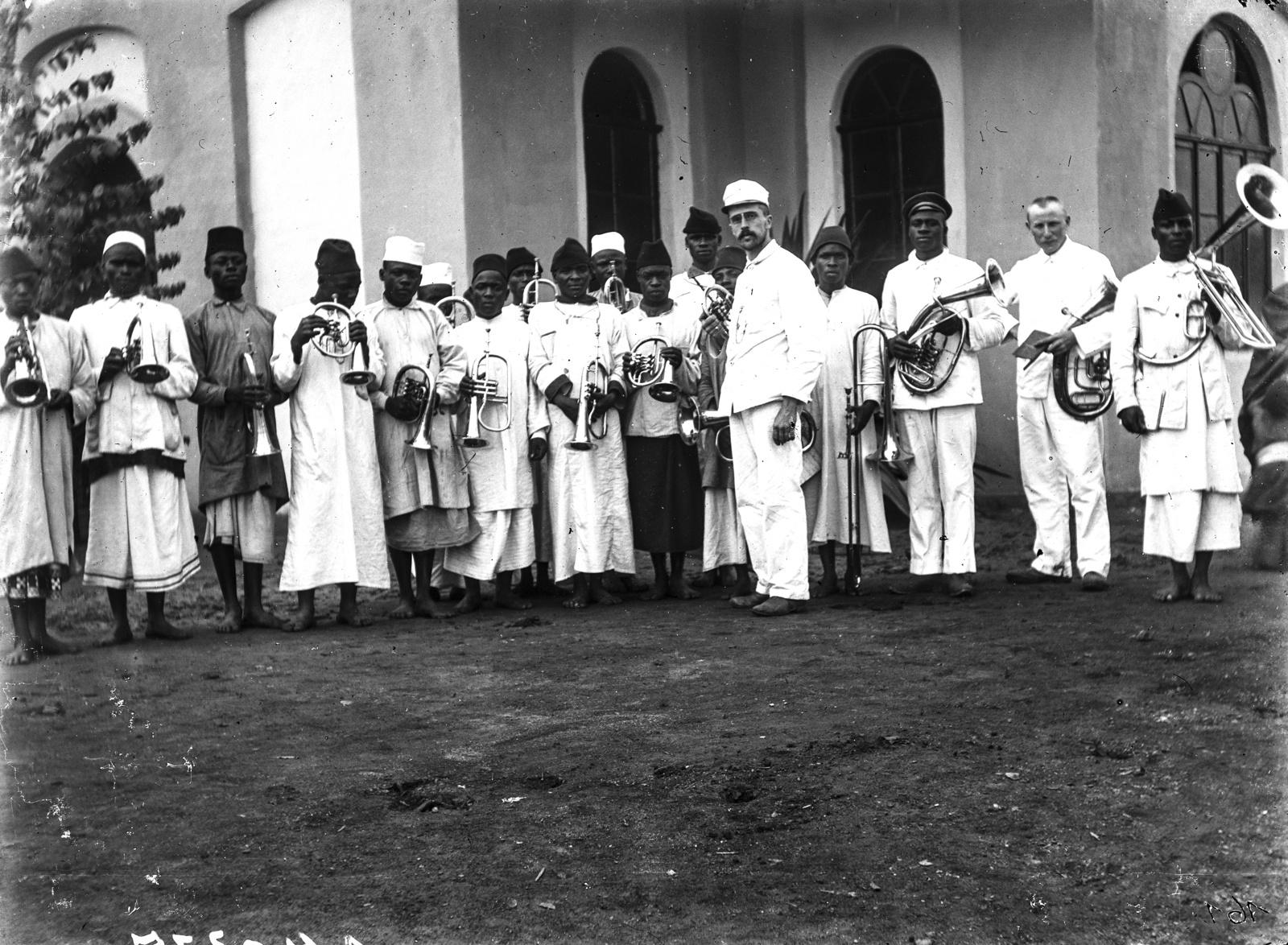 32. Музыканты перед церковью миссии в Мтаи