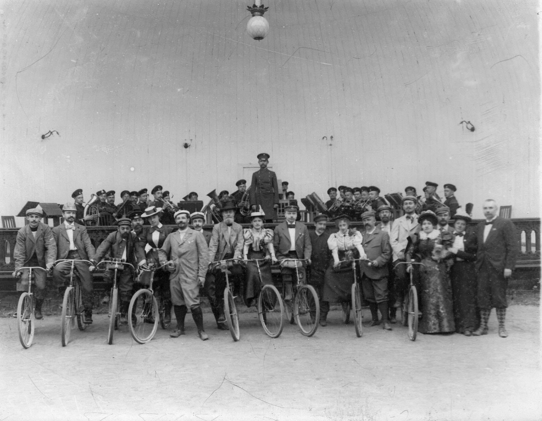 Группа членов Петербургского кружка велосипедистов-любителей, участников поездки в Озерки у открытой эстрады