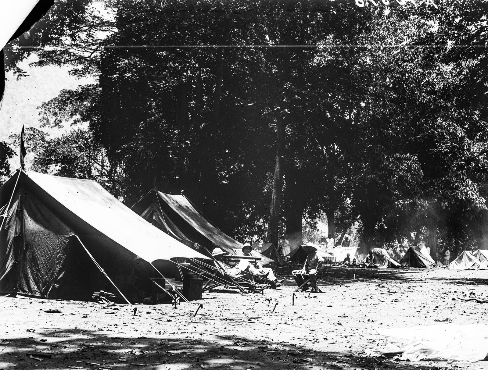 35. Лагерь в Момбо. Три человека в тропических костюмах