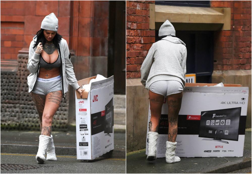 Джемма Люси в коротеньких шортах морозным утром