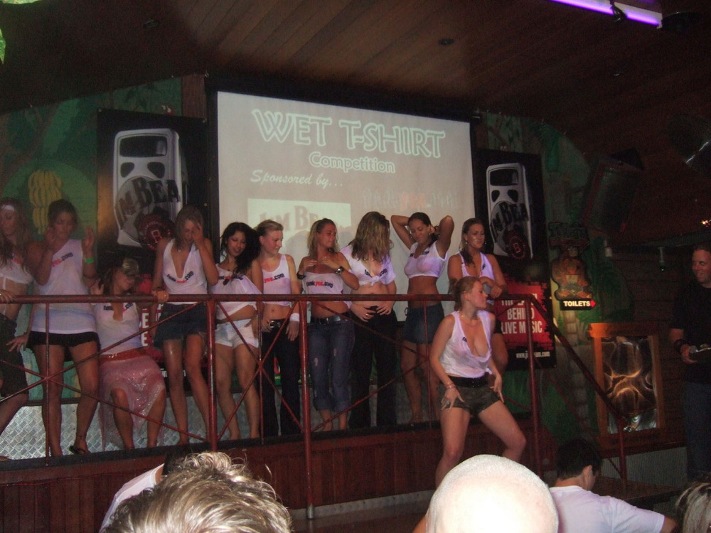 Конкурс мокрых футболок в австралийском ночном клубе
