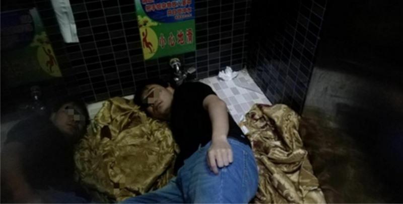 Беда не приходит одна: китаец уронил iPhone 8 в унитаз и застрял доставая его