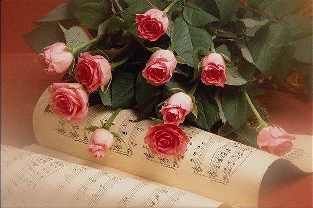 Открытки. С Днем Музыки! Розы на нотах