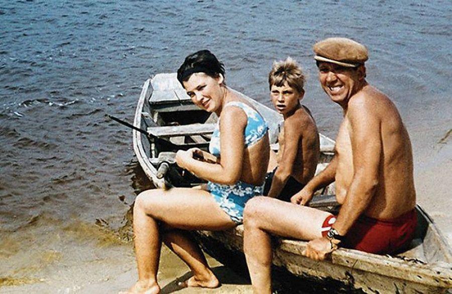 4. Юрий Никулин на отдыхе с женой и сыном Максимом.