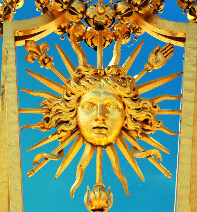 Символ «короля-солнце» на решетке забора Версаля.