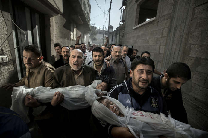 Тела двухлетнего Сухаиба Хиджази и его старшего брата Мухаммада (4 года), несут их дядюшки в мечеть