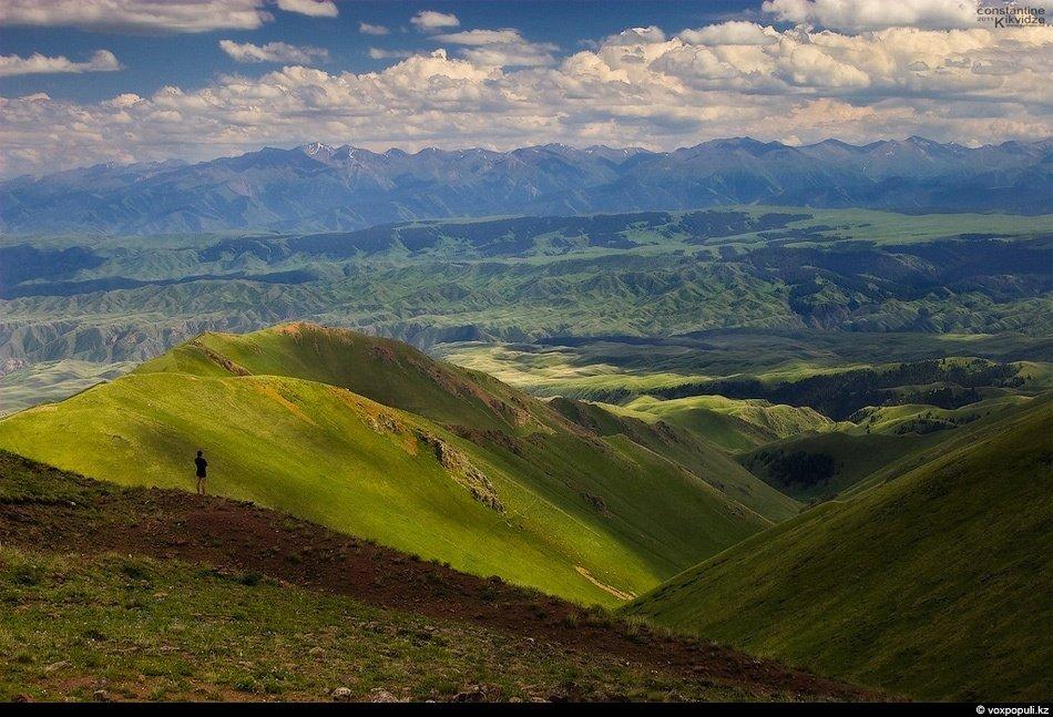 Вид с Табан-Карагая. Внизу протекает стремительная река Чилик — самая большая горная река Заилийског