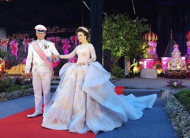 Свадебная церемония по роскоши не уступала платью. Она проходила в Джакарте на фоне уменьшенной копи