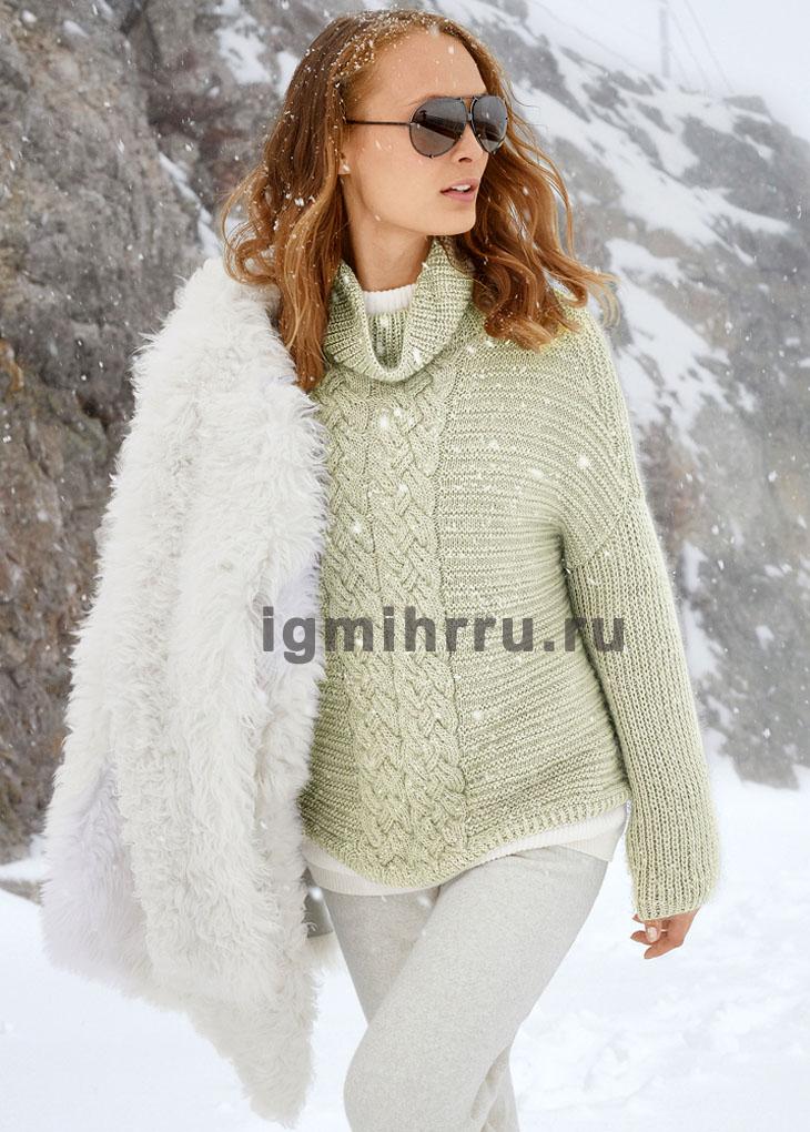 Светло-серый свитер с центральным узором из «кос». Вязание спицами