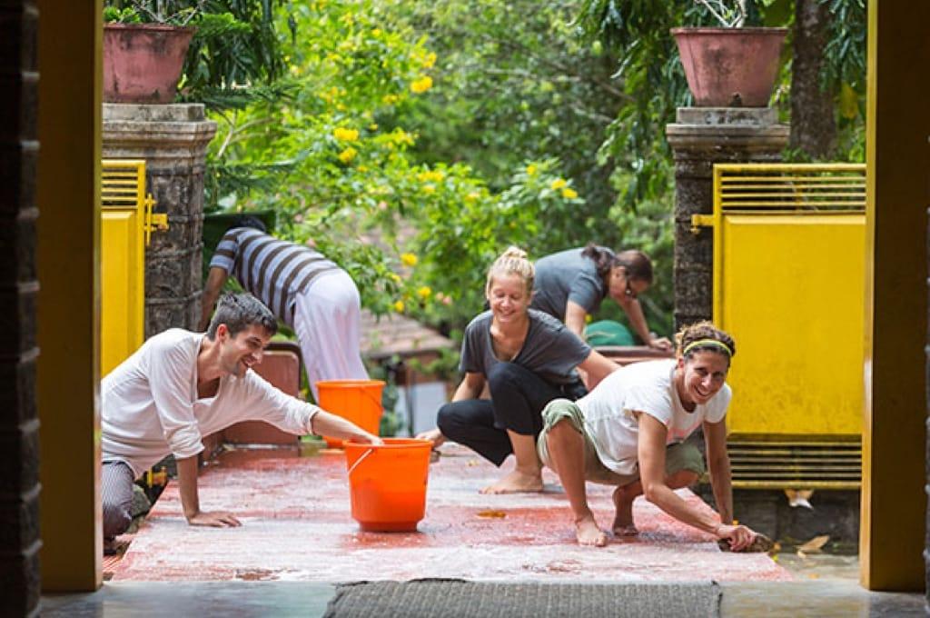 Карма йога (фото с сайта Shivananda Ashram)