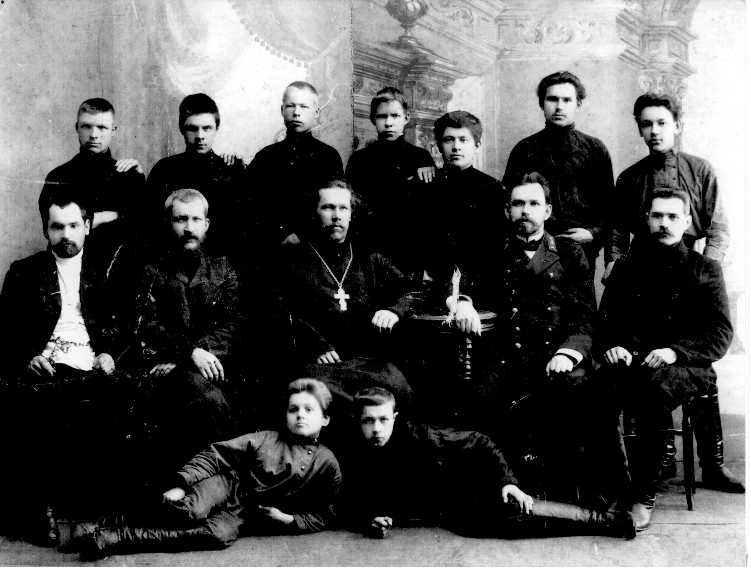 Ученики и преподаватели ремесленного училища. В центре - священник о. Александр Тетюев, священномученик. 1910-е