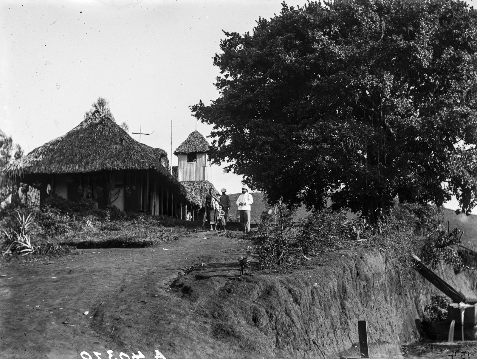 27. Танга. Пастор в тропическом костюме перед зданием миссии