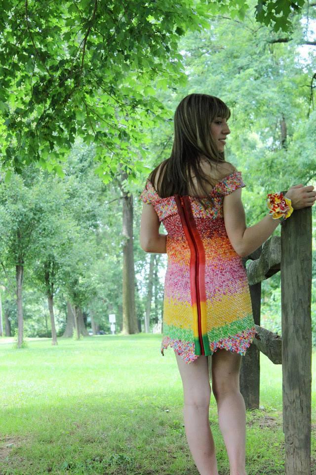 Девушка пять лет собирала обертки Starburst и пошила из них платье