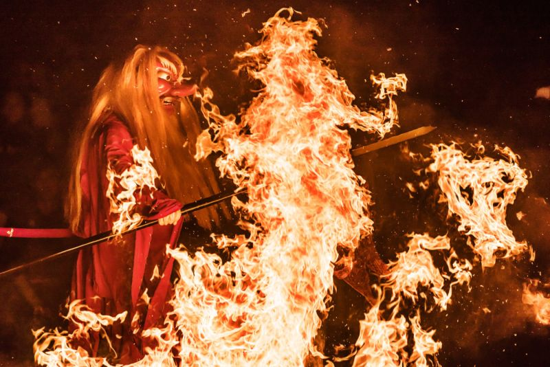 Японский дух огня проходит сквозь языки пламени костра