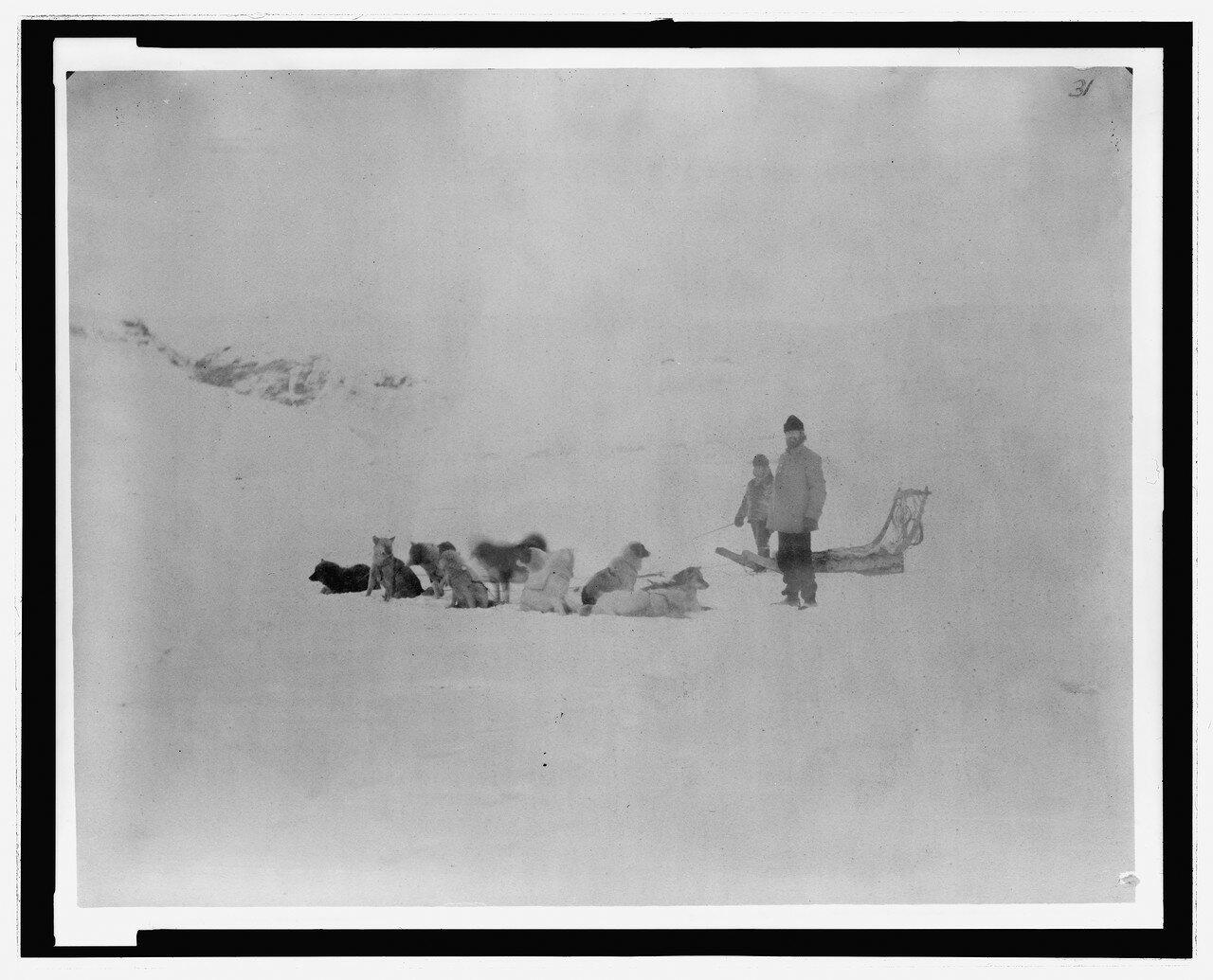 3c36196u лейтенант Greely и Jens с собачьей командой на льдине в гавани Дискавери, 18 октября 1881.jpg