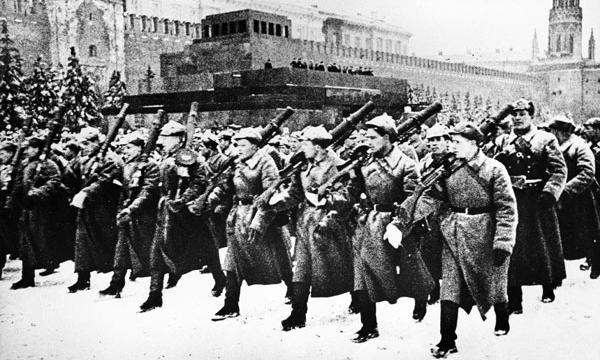 Парад 1941 г. на красной площади. Идут войска