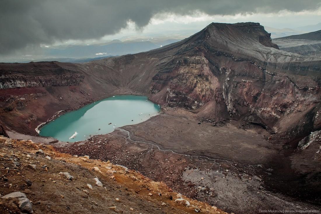 15. Кислотное озеро на дне кратера вулкана Горелый.