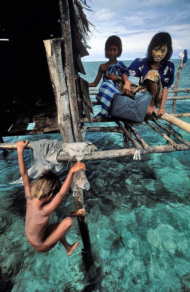 13. Выживают за счет рыбалки с копьями и сетями, а большую часть времени проводят под водой в поиска