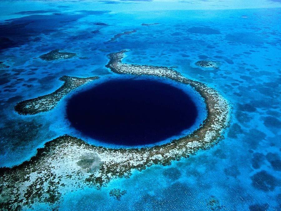 24. Дайвинг в Голубой дыре — Белиз Великая голубая дыра — это на самом деле огромная система пещер,