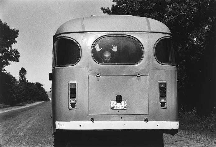 Чечня, Россия. Автобус на дороге в Грозный во время первой чеченской кампании. Первая чеченская войн