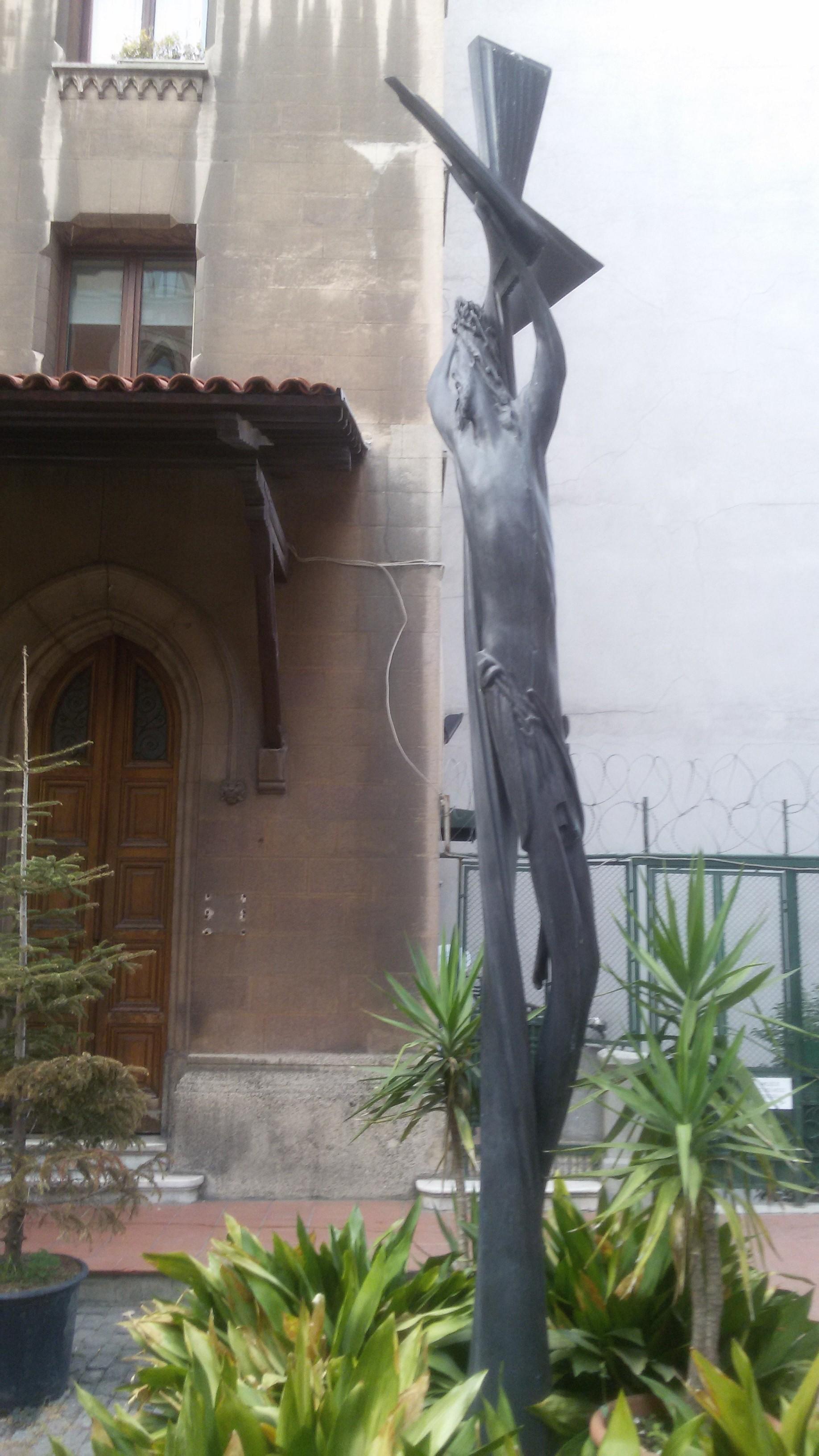 Памятник Роза из двух видов гранита Верхняя Тура памятники на могилу в кстово цены