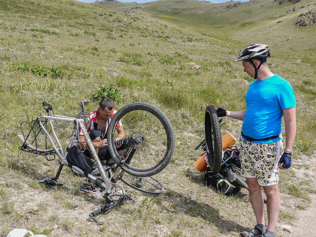 Как заклеить велосипедную камеру И целого мира мало