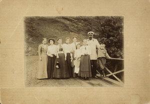 1900. Маяковский с родными и знакомыми на мосту около дома К. Кучухидзе, Багдади