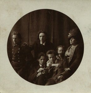 1912. Маяковский с семьей Кузьминых. Москва
