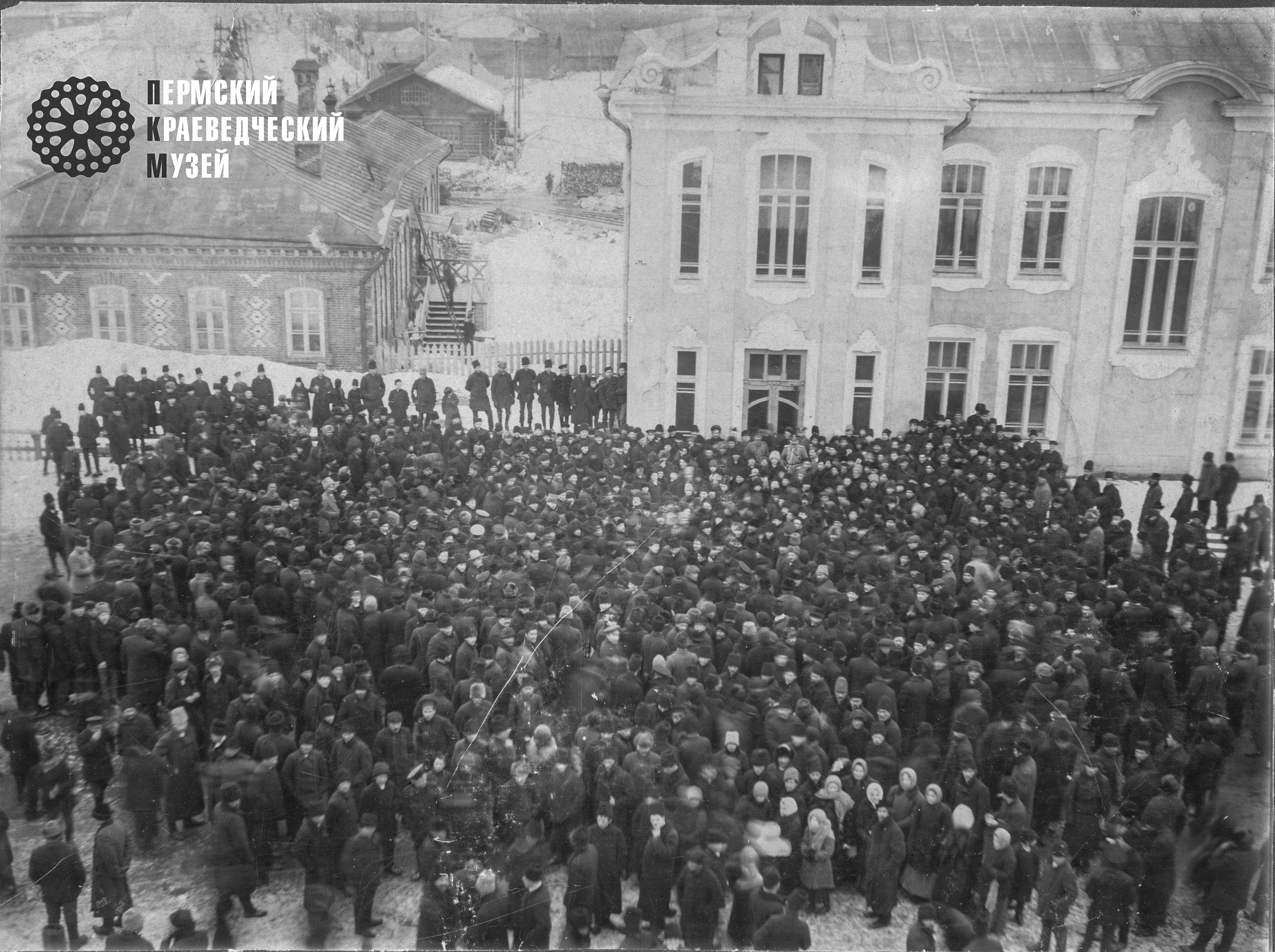 Забастовка на Лысьвенском заводе. Вид с колокольни. 1914