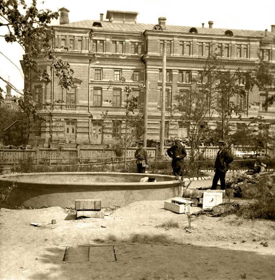 Возведение фонтана в театральном саду